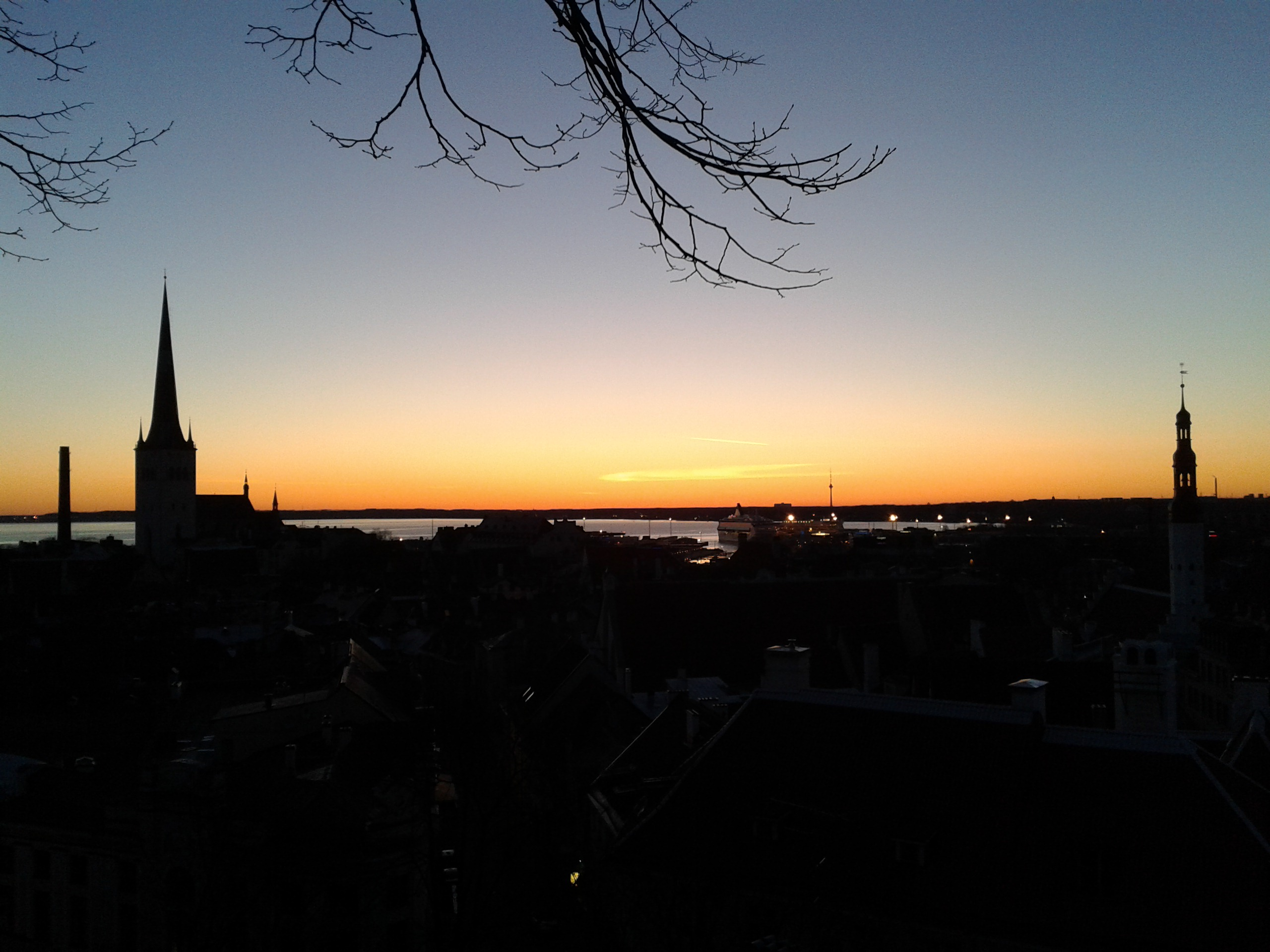 From early dawn till late night in the capital of Estonia. Why it is worth freezing in Tallinn.