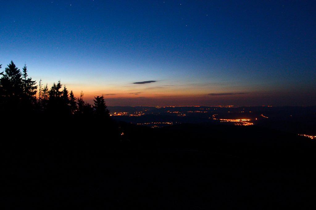 Po zachodzie słońca na Pilsku. Nocny Korbielów