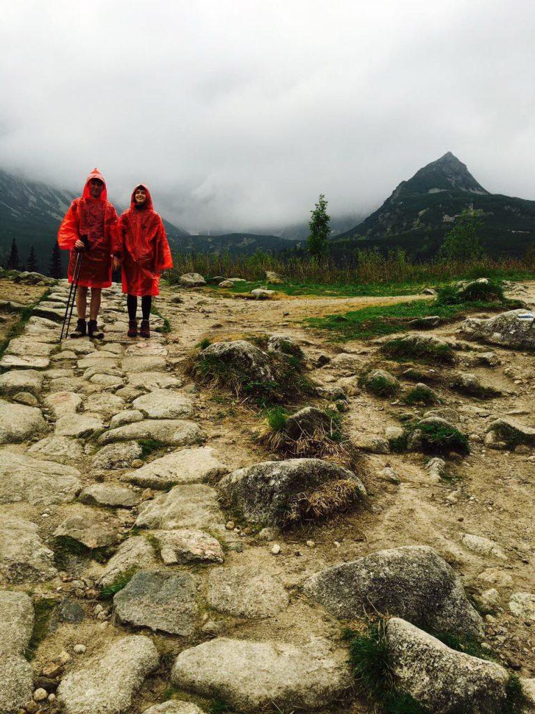 Dwudniowa wycieczka w Tatry: Czerwone gnomy w obronie przed deszczem :)