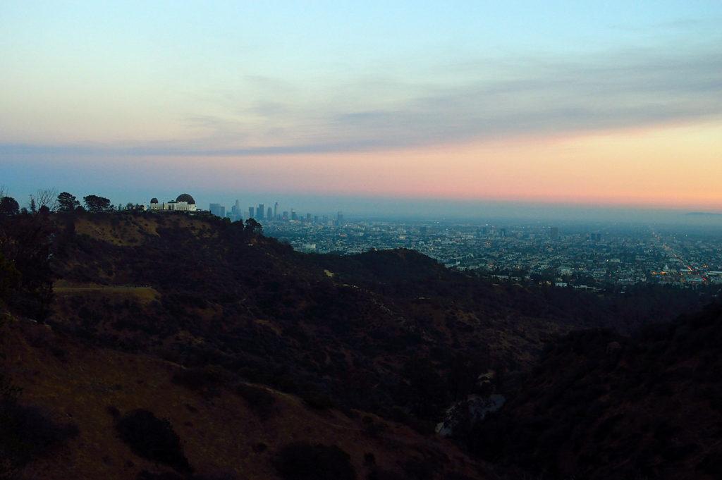 Zachód słońca z widokiem na Los Angeles i Griffith Observatory