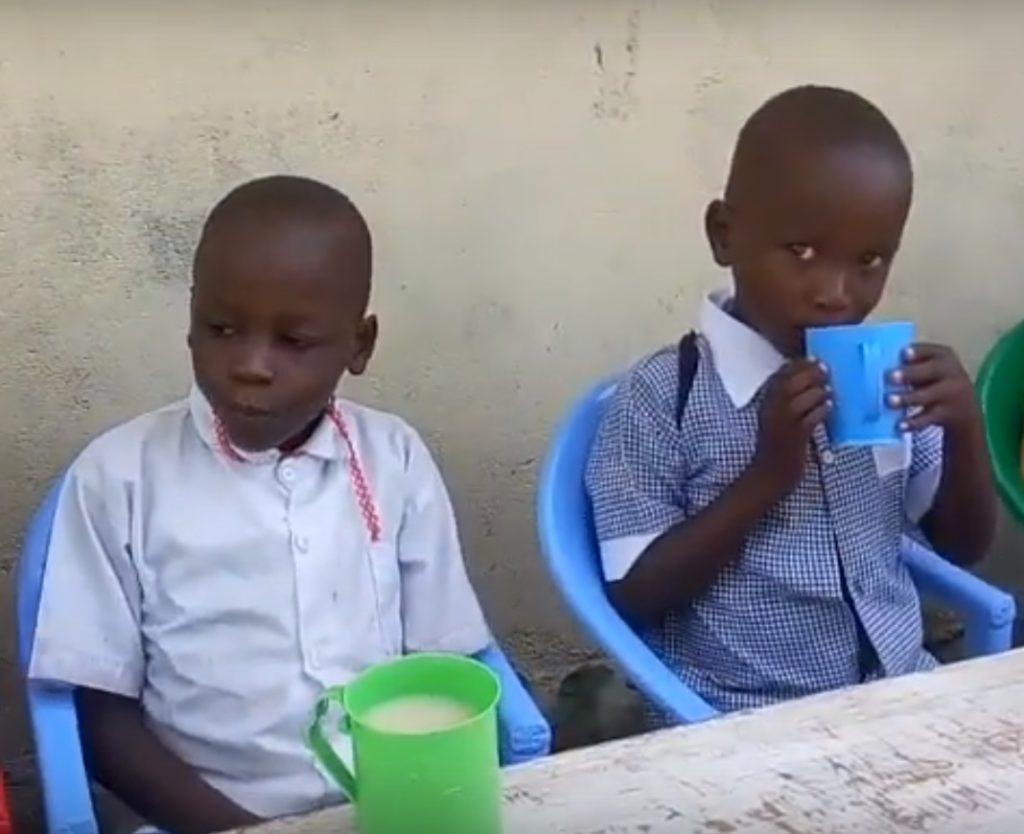 wolontariat w afryce w kenii - dożywianie dzieci