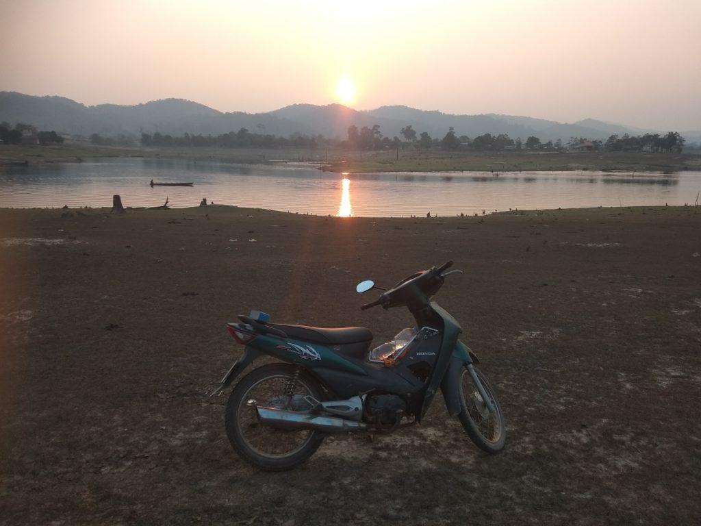 wolontariat w Laosie - zwiedzanie motorem