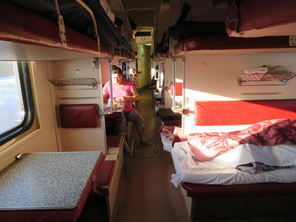 podróż koleją transsyberyjską - wnętrze wagonu